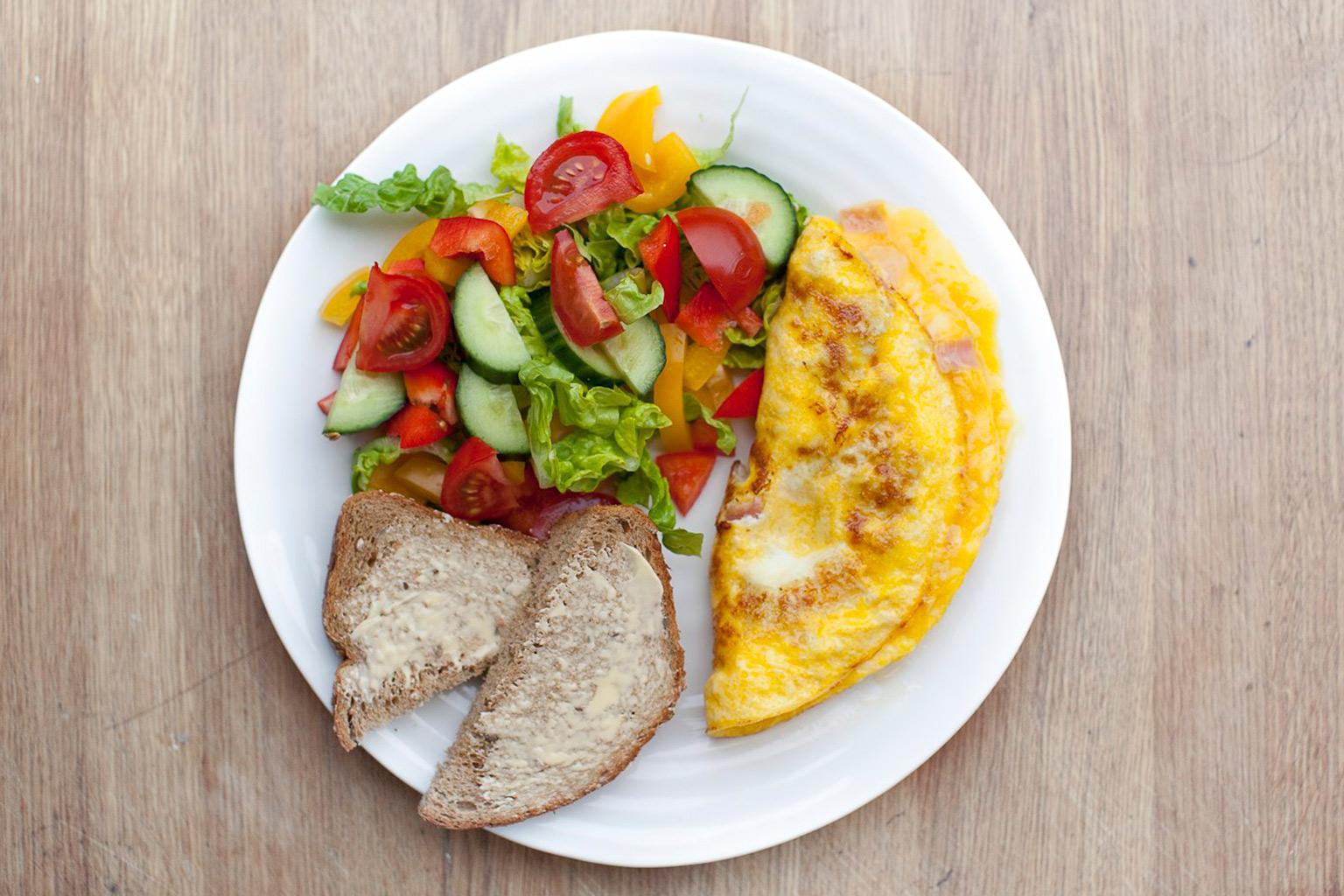 Omelett med brød og salat